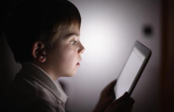 Copiii nu ar trebui sa detina telefoane inteligente pana la varsta de 12 ani